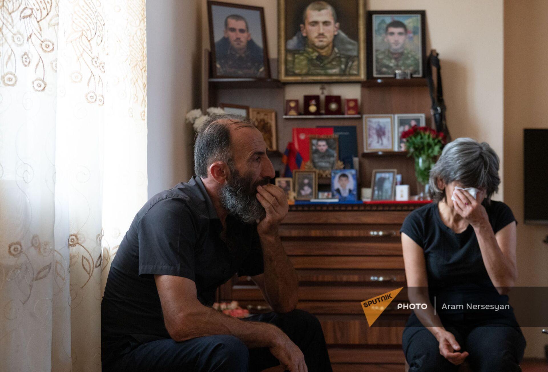 Родители погибшего военнослужащего Анании Арамяна у уголка памяти сыну - Sputnik Армения, 1920, 14.09.2021
