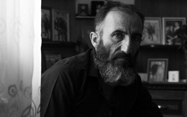 Отец погибшего военнослужащего Анании Арамяна Самвел у уголка памяти сыну - Sputnik Армения