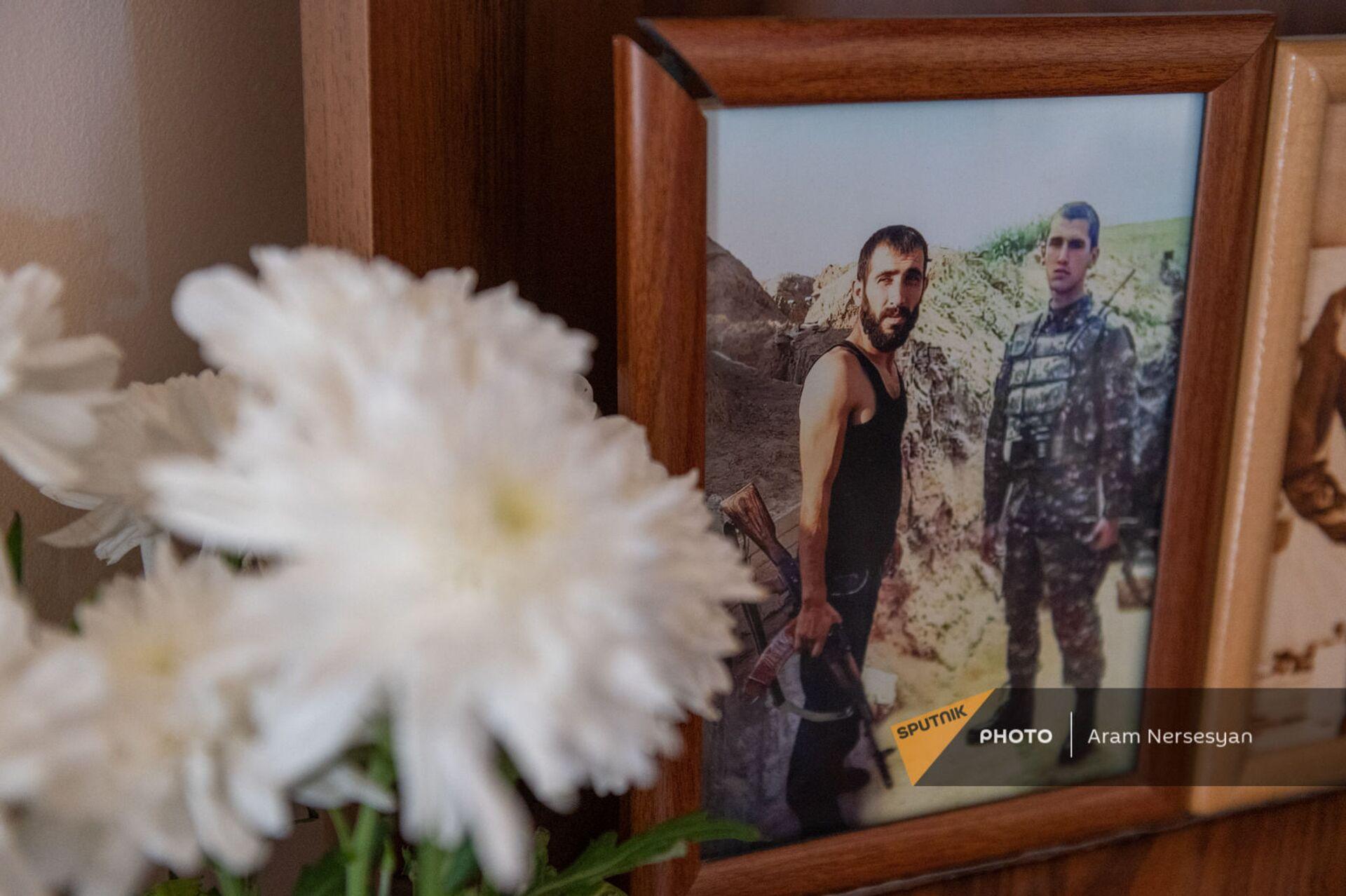 Фотография братьев Анании и Айка Арамянов с карабахской войны в уголке памяти Анании Арамяна - Sputnik Армения, 1920, 14.09.2021