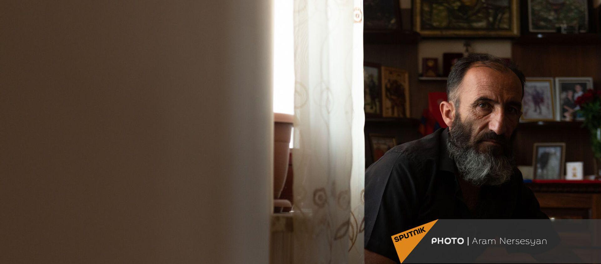 Отец погибшего военнослужащего Анании Арамяна Самвел у уголка памяти сыну - Sputnik Արմենիա, 1920, 11.08.2021