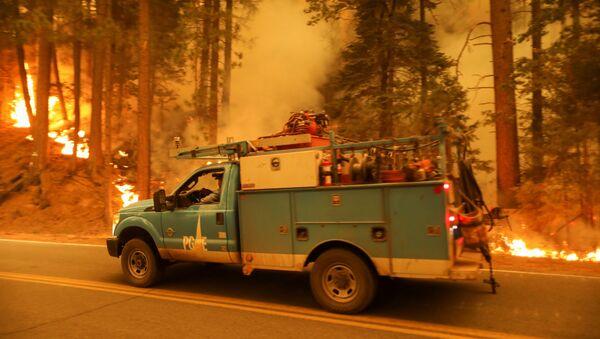 Автомобиль проходит линию пожара в Дикси (10 августа 2021). Калифорния - Sputnik Армения