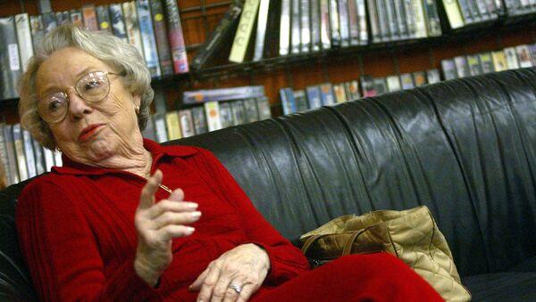 Актриса Патрисия Хичкок О'Коннелл (дочь Альфреда Хичкока) беседует с поклонниками режиссера  - Sputnik Армения