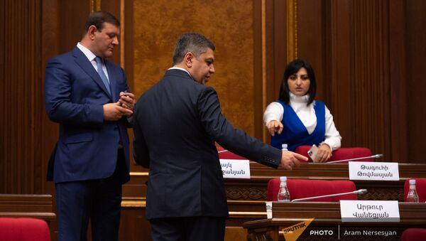 Депутаты блока Честь имею перед началом первого заседания Парламента Армении 8-го созыва (2 августа 2021). Еревaн - Sputnik Արմենիա
