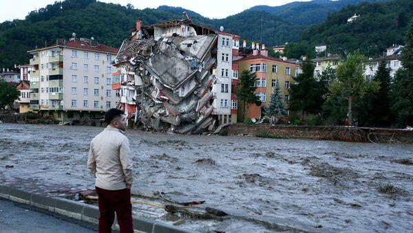 Мужчина смотрит на разрушения, вызванные паводковыми водами в городе Бозкурт турецкой провинции Кастамону (12 августа 2021). Турция - Sputnik Արմենիա
