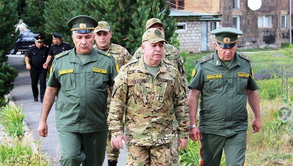 Министр обороны Аршак Карапетян представил руководящему составу и подчиненным подразделениям нового командира 2 соединения, полковника Ваграма Григоряна (12 августа 2021). Еревaн - Sputnik Արմենիա