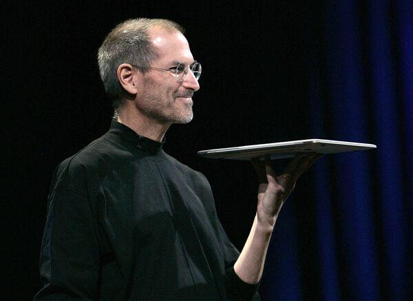 Apple-ի գլխավոր տնօրեն և համահիմնադիր Սթիվ Ջոբսը MacBook Air-ի նոր շարժական համակարգիչն է ներկայացնում Macworld 2008 ցուցահանդեսի բացմանը (15 հունվարի 2008): Սան Ֆրանցիսկո - Sputnik Արմենիա