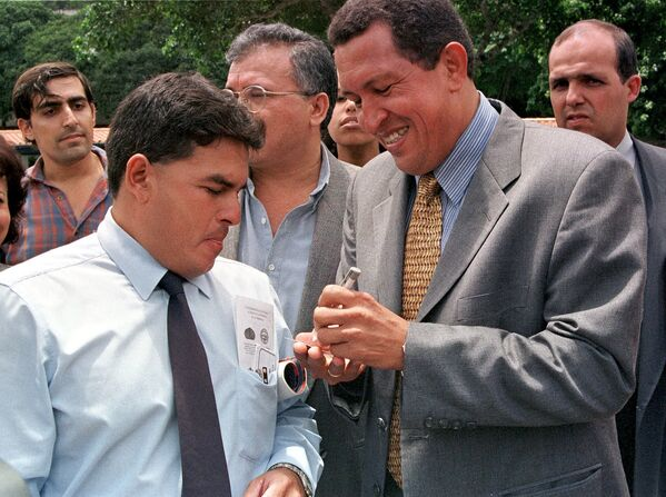 Վենեսուելայի նախագահ Ուգո Չավեսն ինքնագիր է տալիս իր կողմնակիցին - Sputnik Արմենիա
