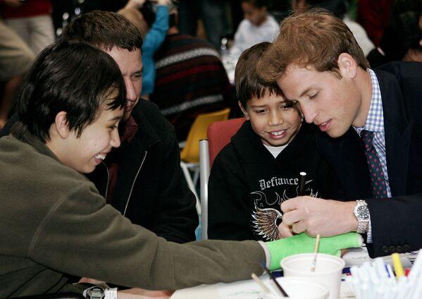 Արքայազն Ուիլյամը ստորագրում է Բրենդոն Քրունի ձեռքին Օքլենդի մանկական հիվանդանոց այցելության ժամանակ (5 հուլիսի 2005): Նոր Զելանդիա - Sputnik Արմենիա