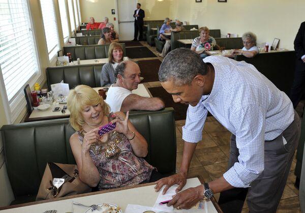 ԱՄՆ նախագահ Բարաք Օբաման ստորագրում է Լենոքսի տեղական ռեստորանում ընթրիքի ժամանակ (2013 թվականի օգոստոսի 23) ։ Փենսիլվանիա նահանգ - Sputnik Արմենիա