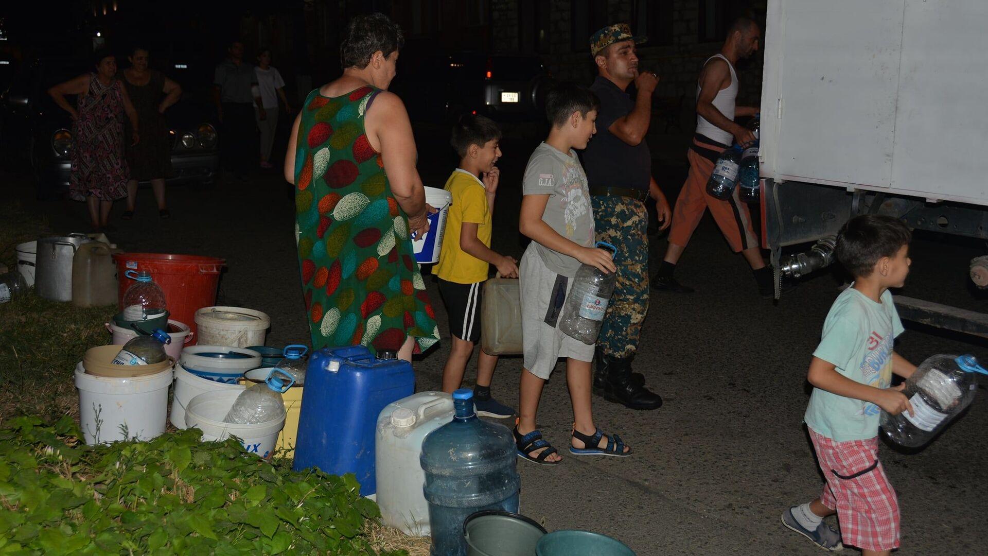 МЧС Карабаха помогает жителям с питьевой водой - Sputnik Արմենիա, 1920, 13.08.2021
