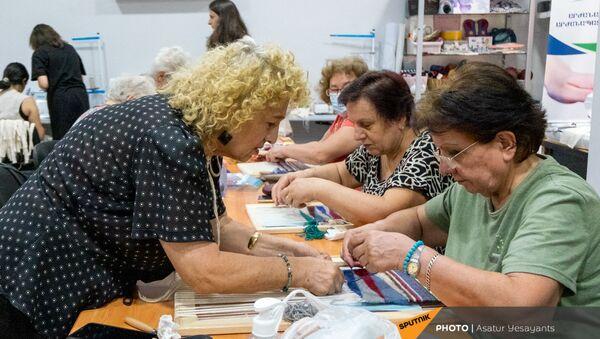 Подопечные Центра обеспечения здоровья и ухода пожилых людей за работой - Sputnik Արմենիա