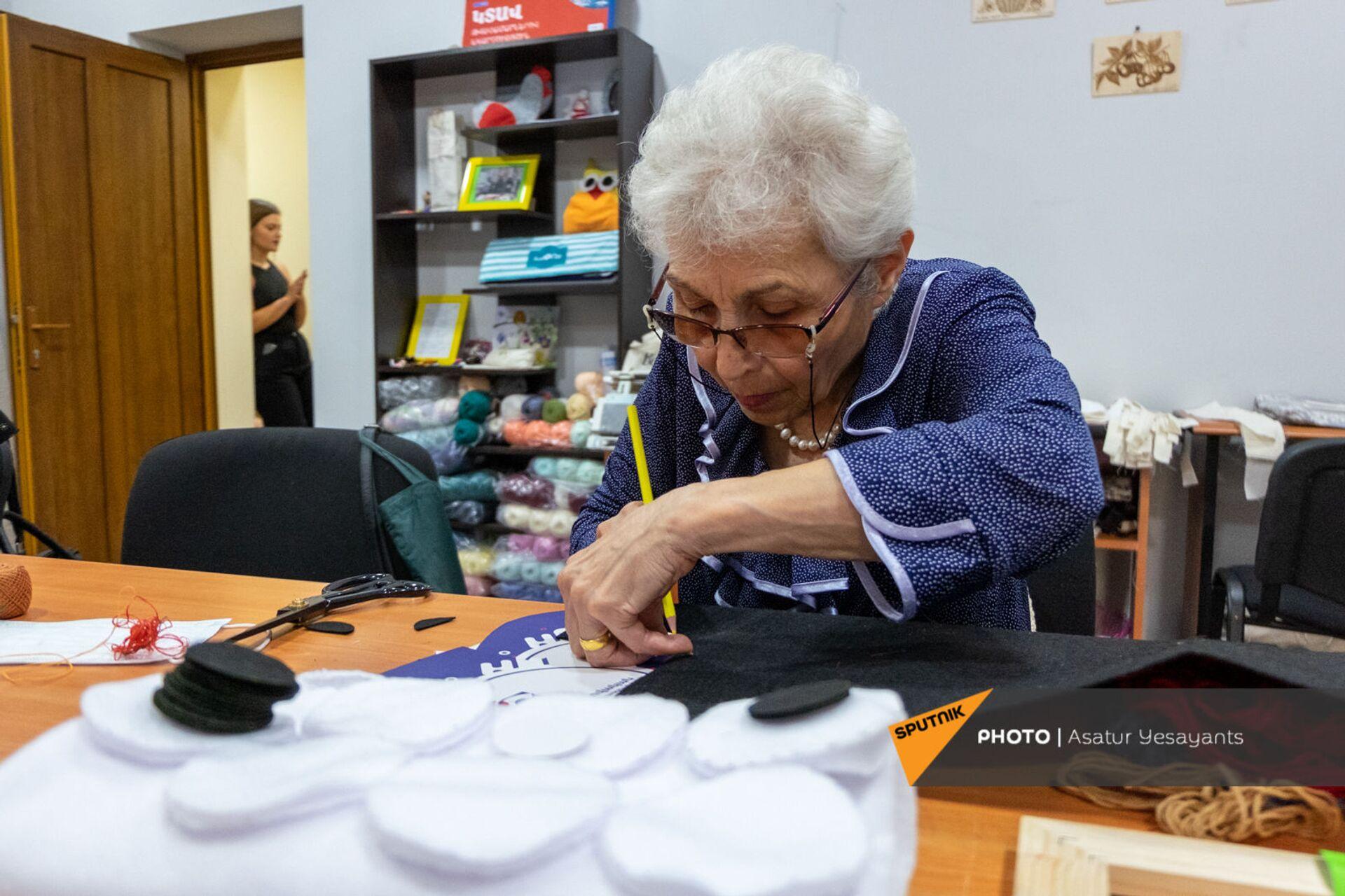 Подопечная Центра обеспечения здоровья и ухода пожилых людей в творческом процессе - Sputnik Արմենիա, 1920, 14.09.2021