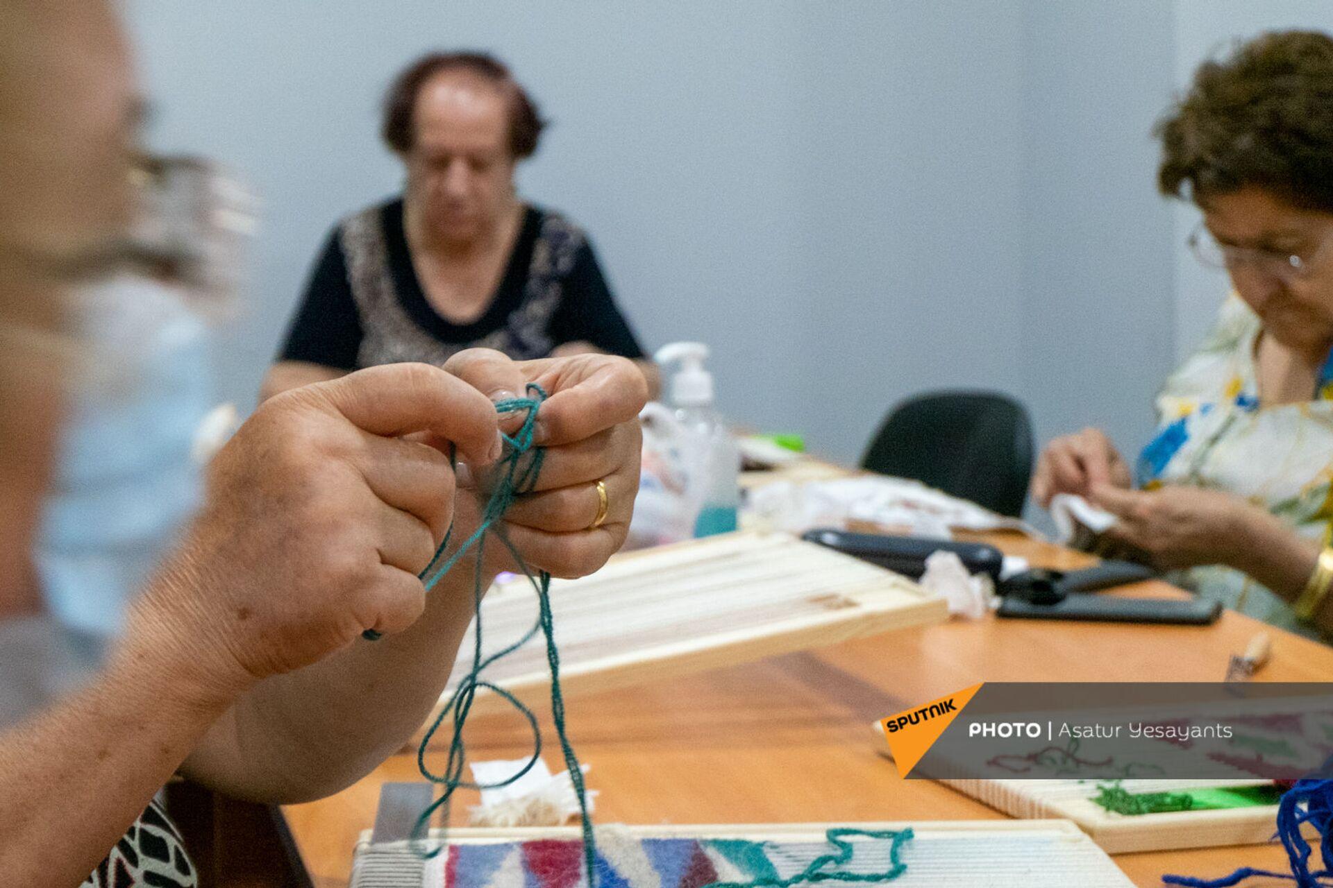 Подопечные Центра обеспечения здоровья и ухода пожилых людей в творческом процессе - Sputnik Արմենիա, 1920, 14.09.2021