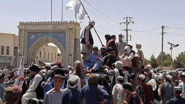 Боевики Талибана стоят на машине на обочине дороги в Кандагаре (13 августа 2021). Афганистан - Sputnik Արմենիա