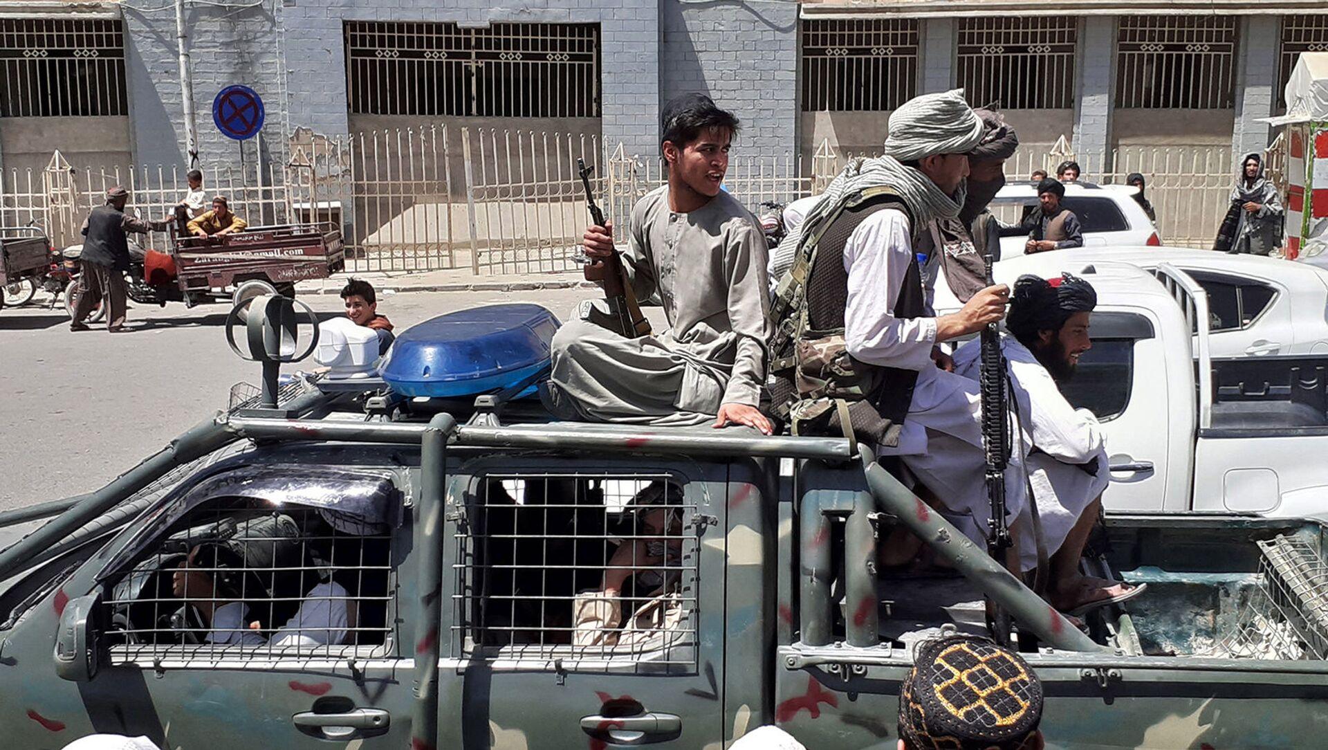 Боевики Талибана в автомобиле Управления безопасности Афганистана (NDS) на улице в Кандагаре (13 августа 2021). Афганистан - Sputnik Արմենիա, 1920, 15.08.2021