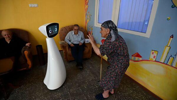 Робот по имени Робин изменил жизнь дома престарелых в Норке - Sputnik Армения