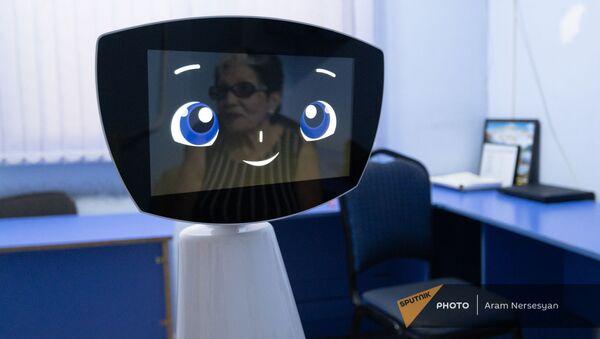 Отражение тети Розы на лице робота Робина - Sputnik Армения