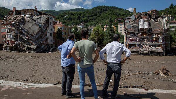 Жители Бозкурта наблюдают за частично разрушенными зданиями после наводнений (13 августа 2021). Турция - Sputnik Армения