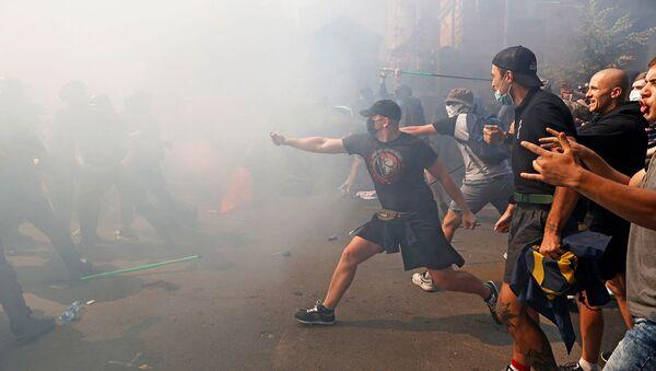 Потасовка между демонстрантами и полицией во время акции протеста активистов политической партии Национальный корпус перед зданием Администрации президента Украины (14 августа 2021). Киев - Sputnik Армения