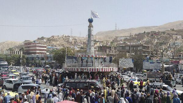 Флаг талибов на главной городской площади в Пули-Хумри, столице провинции Баглан, в 200 км к северу от Кабула (11 августа 2021). Афганистан - Sputnik Армения