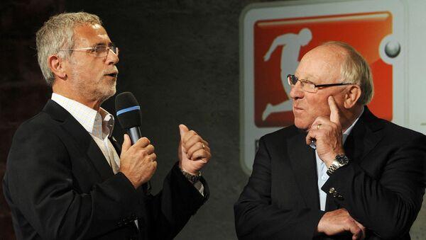 Легенды немецкого футбола Уве Зеелер (справа) и Герд Мюллер во время официальной презентации нового мяча немецкого спортивного гиганта Adidas - Sputnik Армения