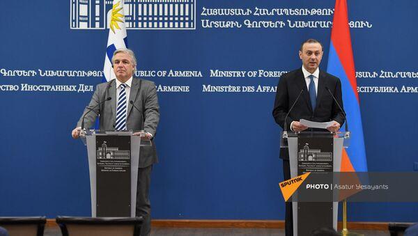 Совместная пресс-конференция глав МИД Армении и Уругвая Армена Григоряна и Франсиско Бустильо (16 августа 2021). Еревaн - Sputnik Արմենիա