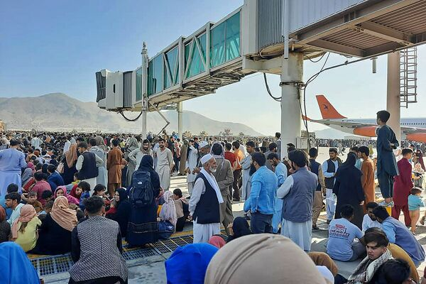 Աֆղանները ներխուժում են Քաբուլի օդանավակայանի թռիչքուղի, որպեսզի փախչեն երկրից (օգոստոսի 16, 2021): Աֆղանստան - Sputnik Արմենիա