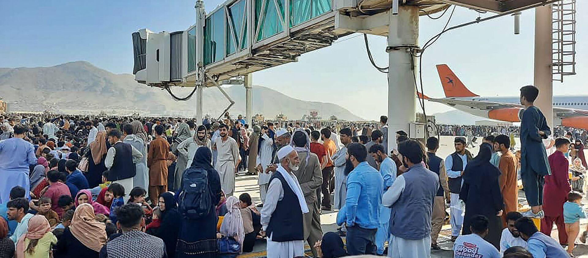 Афганцы толпятся на летном поле кабульского аэропорта, чтобы бежать из страны (16 августа 2021). Афганистан - Sputnik Արմենիա, 1920, 17.08.2021