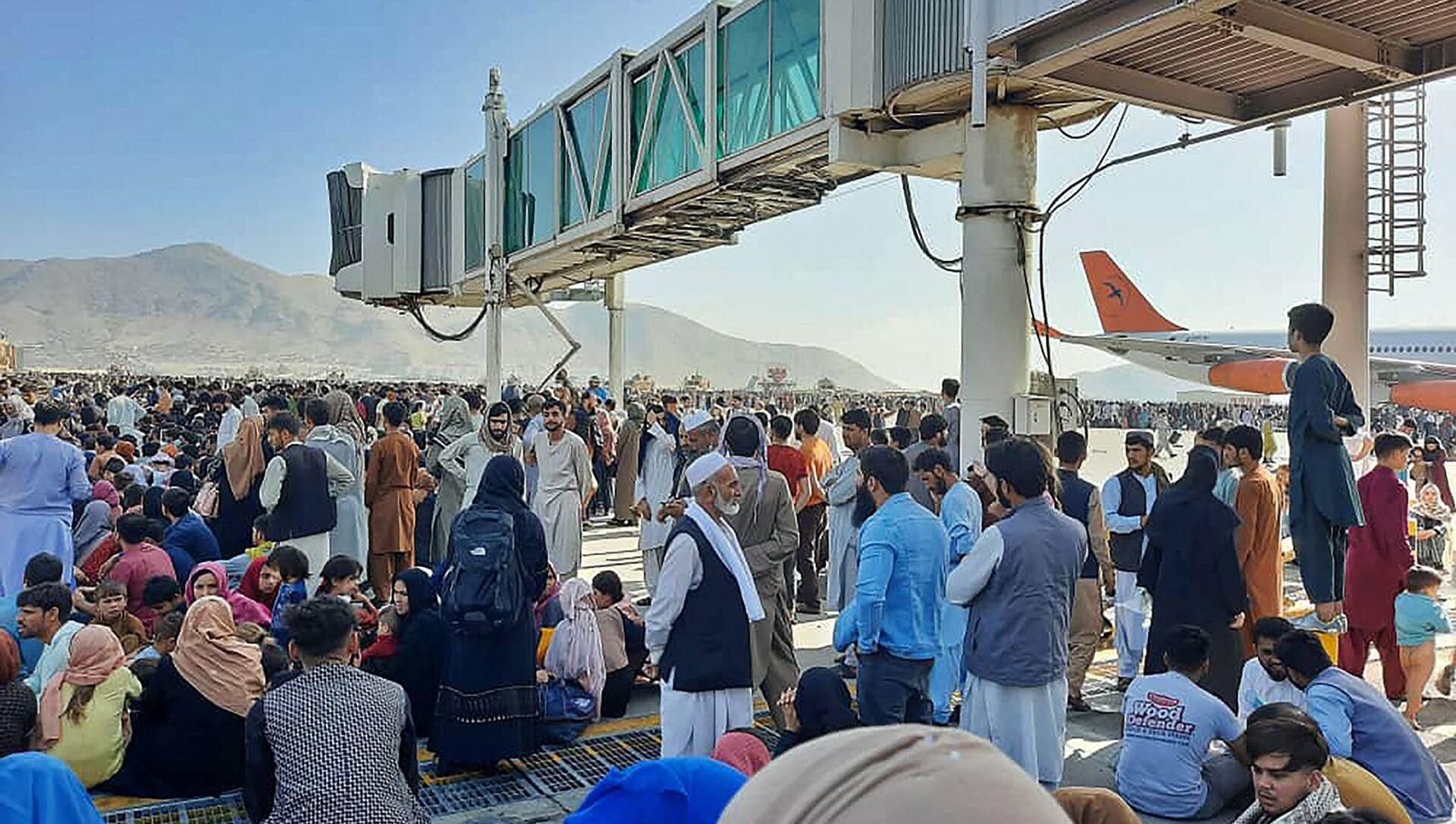 Афганцы толпятся на летном поле кабульского аэропорта, чтобы бежать из страны (16 августа 2021). Афганистан - Sputnik Արմենիա, 1920, 16.08.2021