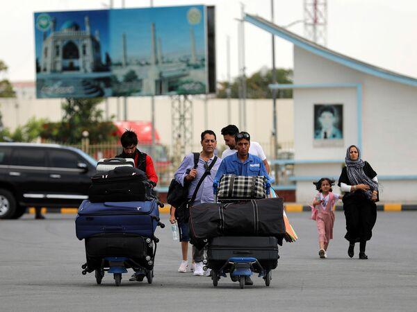 Ուղևորները գնում են Քաբուլում Համիդ Քարզայի անվան միջազգային օդանավակայանի թռիչքի տերմինալ: Աֆղանստան - Sputnik Արմենիա