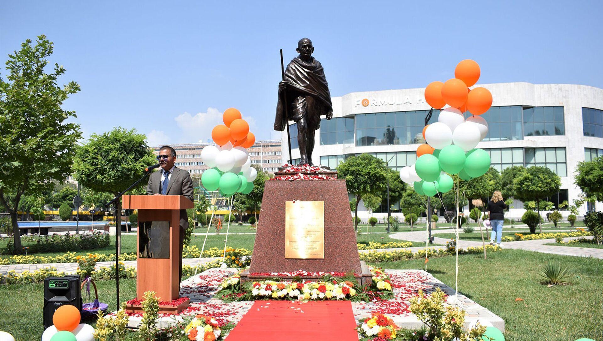 Посол Индии в Армении Кишан Дан Джал на торжественной церемонии открытия памятника Махатме Ганди в парке Буэнос-Айрес (16 августа 2021). Еревaн - Sputnik Արմենիա, 1920, 16.08.2021