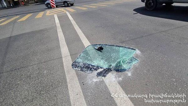 Лобовое стекло взорвавшегося от газа автомобиля в административном районе Малатия-Себастия - Sputnik Արմենիա