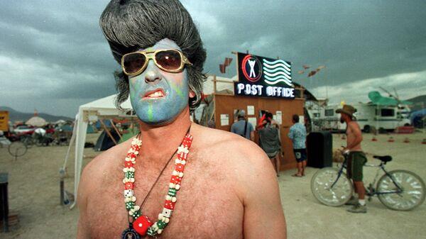 Марк из Лас-Вегаса, одетый как Элвис Пресли, на фестивале Burning Man в пустыне Блэк-Рок на севере Невады - Sputnik Արմենիա