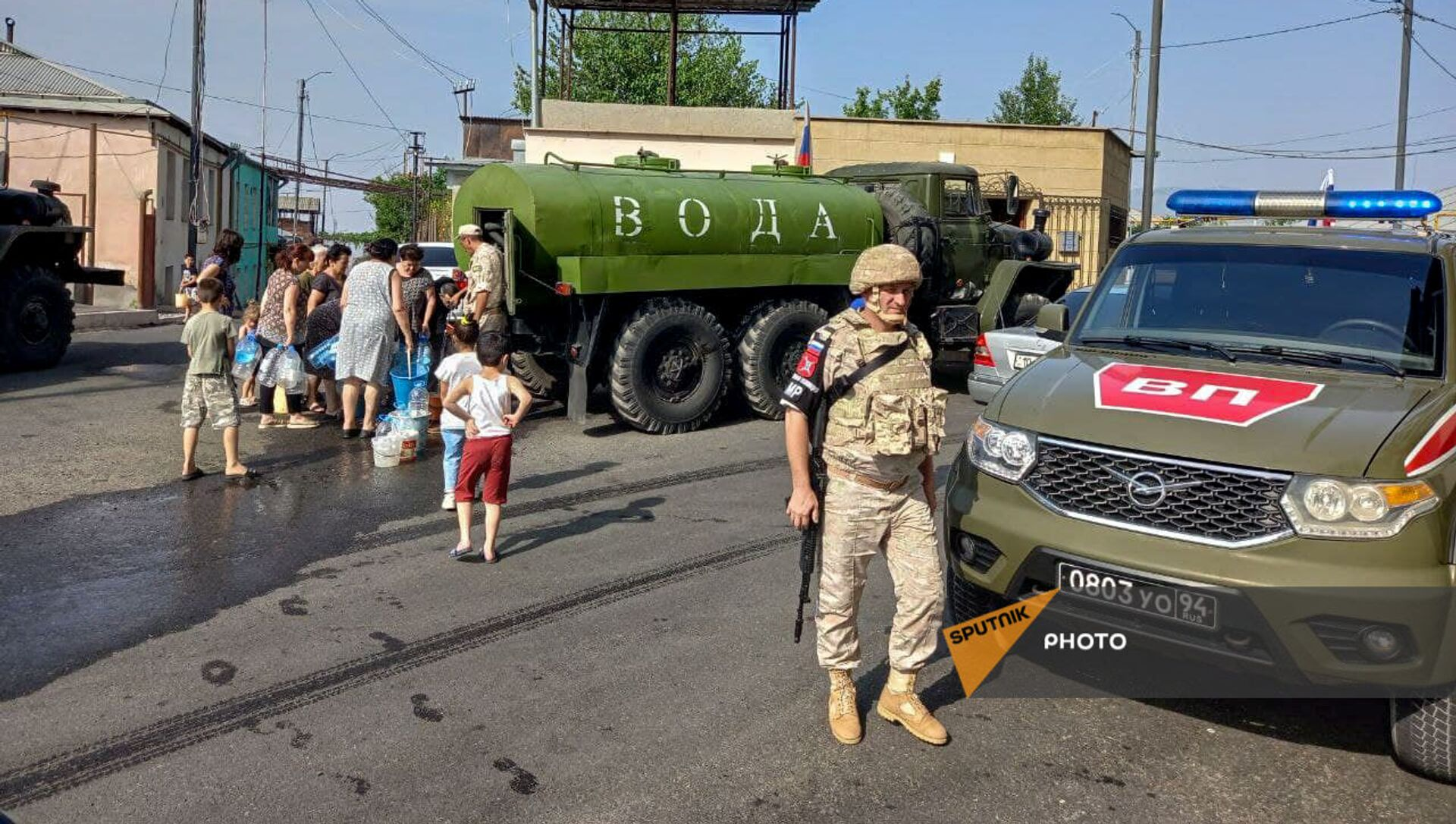 Российские миротворцы помогают жителям Карабаха с питьевой водой - Sputnik Армения, 1920, 16.08.2021