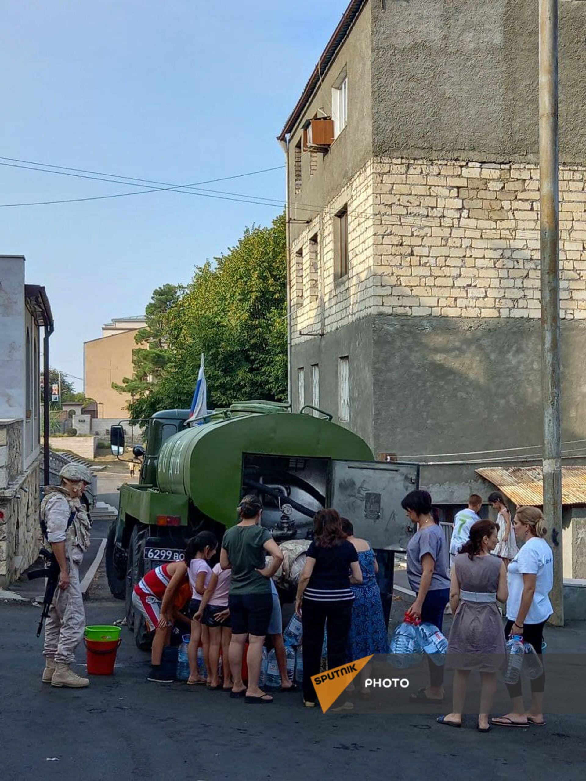 Российские миротворцы помогают жителям Карабаха с питьевой водой - Sputnik Армения, 1920, 14.09.2021