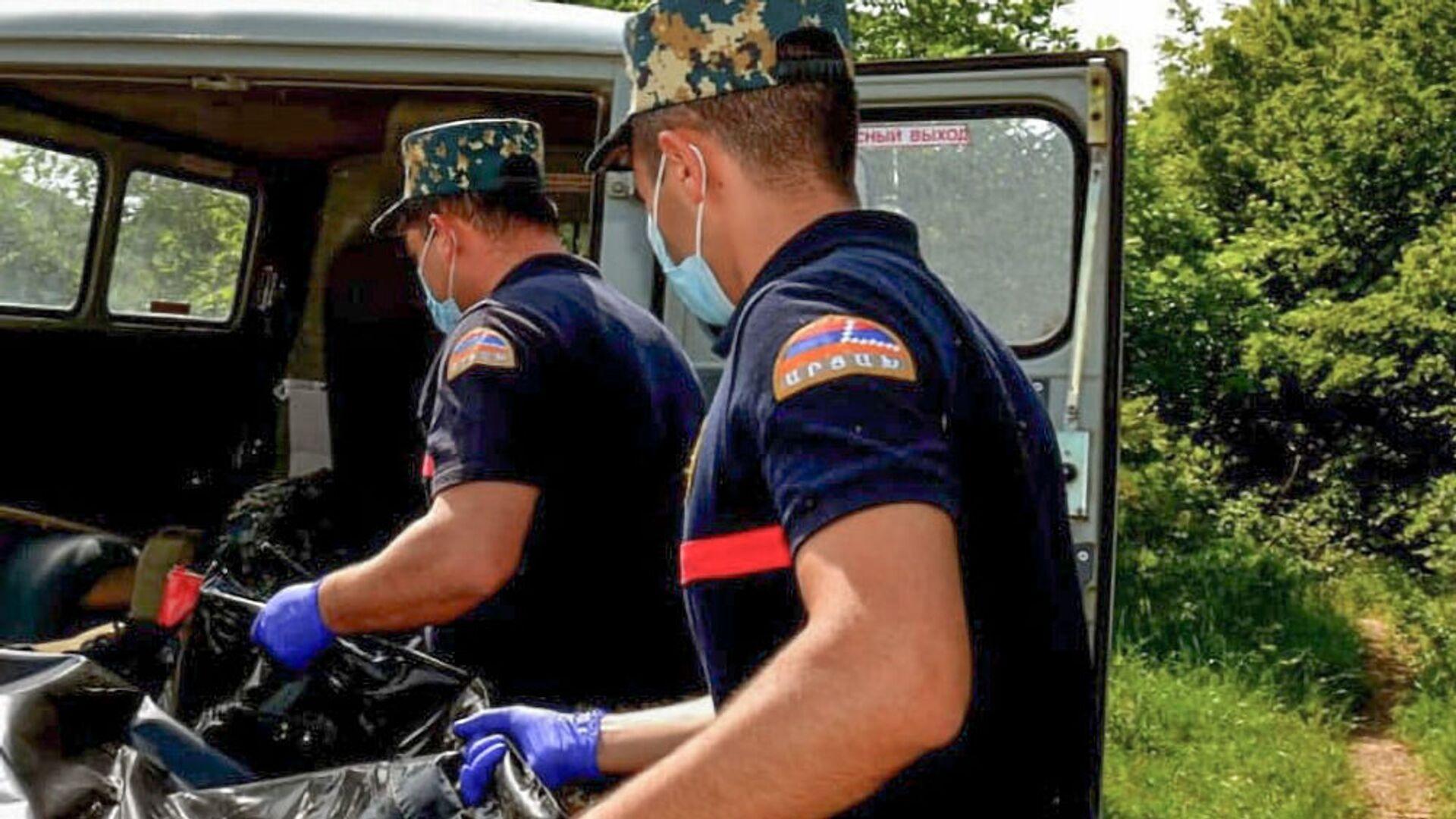 Сотрудники госслужбы по чрезвычайным ситуациям МВД Карабаха во время поисков тел погибших военнослужащих - Sputnik Արմենիա, 1920, 16.09.2021