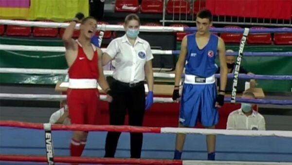 Рефери объявляет победителя поединка между боксерами Аргишти Акопяном (Армения) и Омаром Серином (Турция) на Чемпионат по боксу среди подростков 2021 (16 августа 2021). Босния и Герцеговина - Sputnik Արմենիա