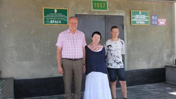 Посол России в Армении Сергей Копыркин с семьей в населенном пункте Ерасх (17 августа 2021). Арарат - Sputnik Армения