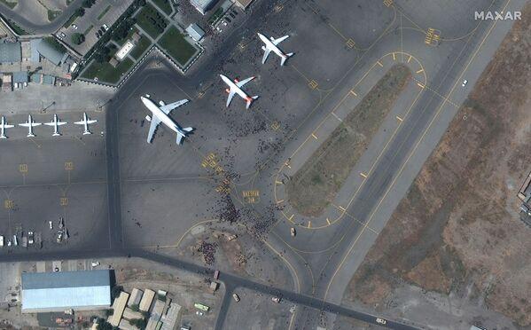 Բազմությունը Քաբուլի օդանավակայանի թռիչքուղու վրա (օգոստոսի 16, 2021): Աֆղանստան - Sputnik Արմենիա