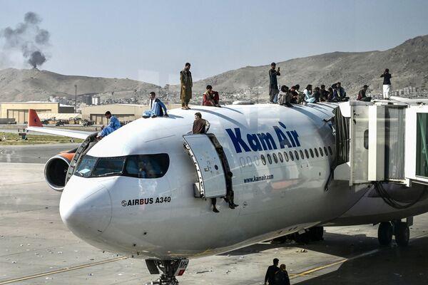 Աֆղանները Քաբուլի օդանավակայանում ինքնաթիռ են վրա են բարձրացել՝ փորձելով փախչել երկրից - Sputnik Արմենիա
