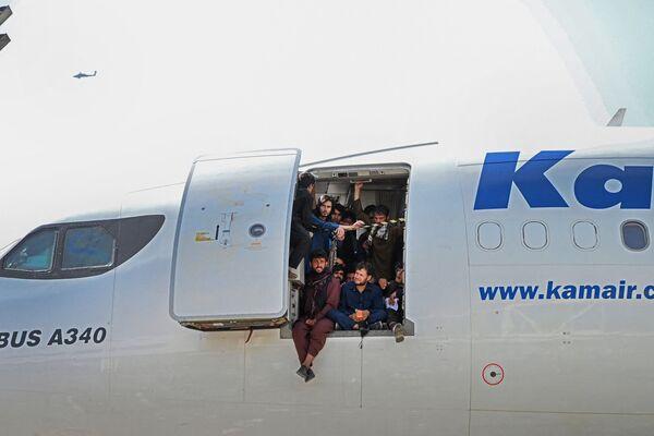 Աֆղանները Քաբուլի օդանավակայանում նստել են թռչել պատրաստվող օդանավի դռների մեջ - Sputnik Արմենիա