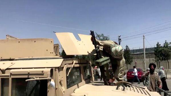 Թալիբանի զինյալը հրացանով Քաբուլի օդանավակայանի մոտ - Sputnik Արմենիա