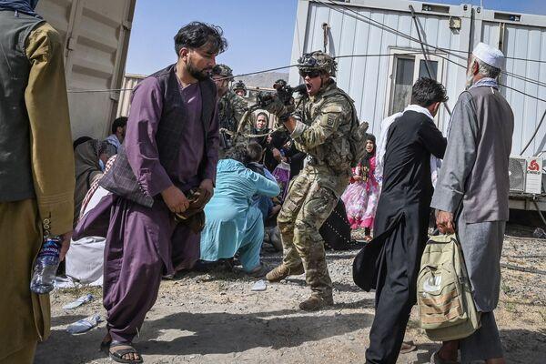 Ամերիկացի զինվորը Քաբուլի օդանավակայանում նշան է բռնել մարդկանց վրա - Sputnik Արմենիա