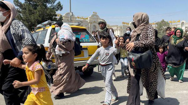 Женщины со своими детьми пытаются попасть в международный аэропорт имени Хамида Карзая в Кабуле - Sputnik Армения