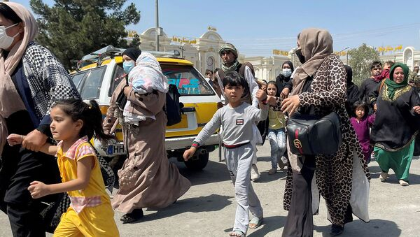 Женщины со своими детьми пытаются попасть в международный аэропорт имени Хамида Карзая в Кабуле - Sputnik Արմենիա