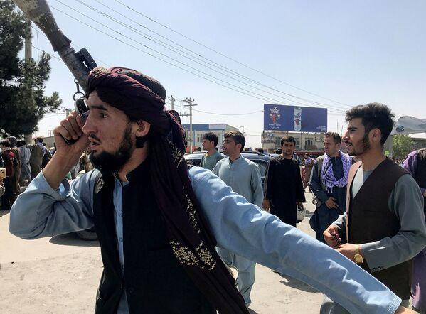 Թալիբանի զինյալը զննում է Քաբուլի Համիդ Քարզայի անվան միջազգային օդանավակայանից դուրս գտնվող տարածքը - Sputnik Արմենիա