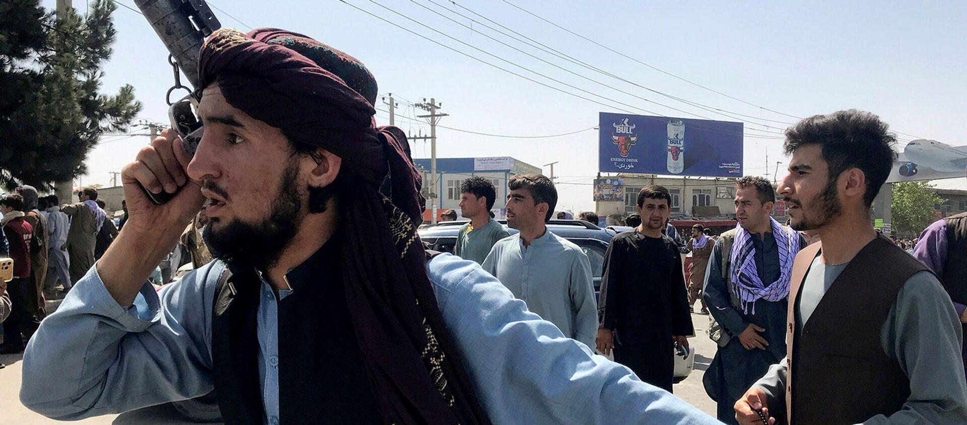 Боевик Талибана осматривает территорию за пределами международного аэропорта имени Хамида Карзая в Кабуле - Sputnik Արմենիա, 1920, 17.08.2021