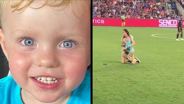 Двухлетний мальчик выбежал на поле во время футбольного матча - Sputnik Армения