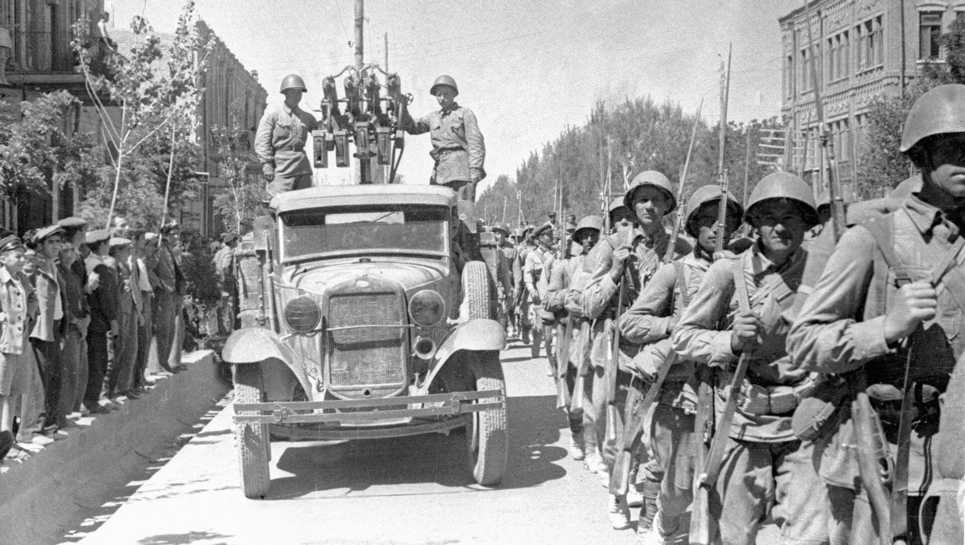 Советские войска вступают в город Тавриз, Иран (26 августа 1941) - Sputnik Արմենիա, 1920, 25.08.2021