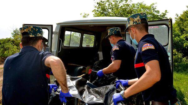 Сотрудники госслужбы по чрезвычайным ситуациям МВД Карабаха во время поисков тел погибших военнослужащих - Sputnik Армения